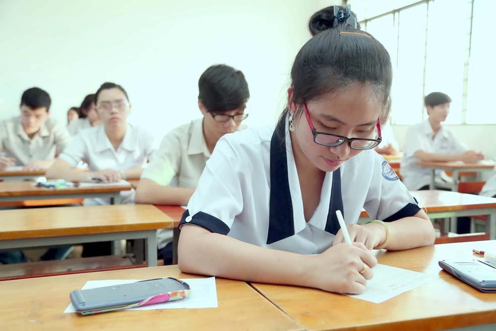 Tư thế ngồi học đúng giúp giảm và ngăn ngừa tăng độ cận thị